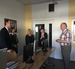 Ann Beatty (uprostřed) při výkladu o fungování CNC obráběcích strojů na Akademii řemesel Praha